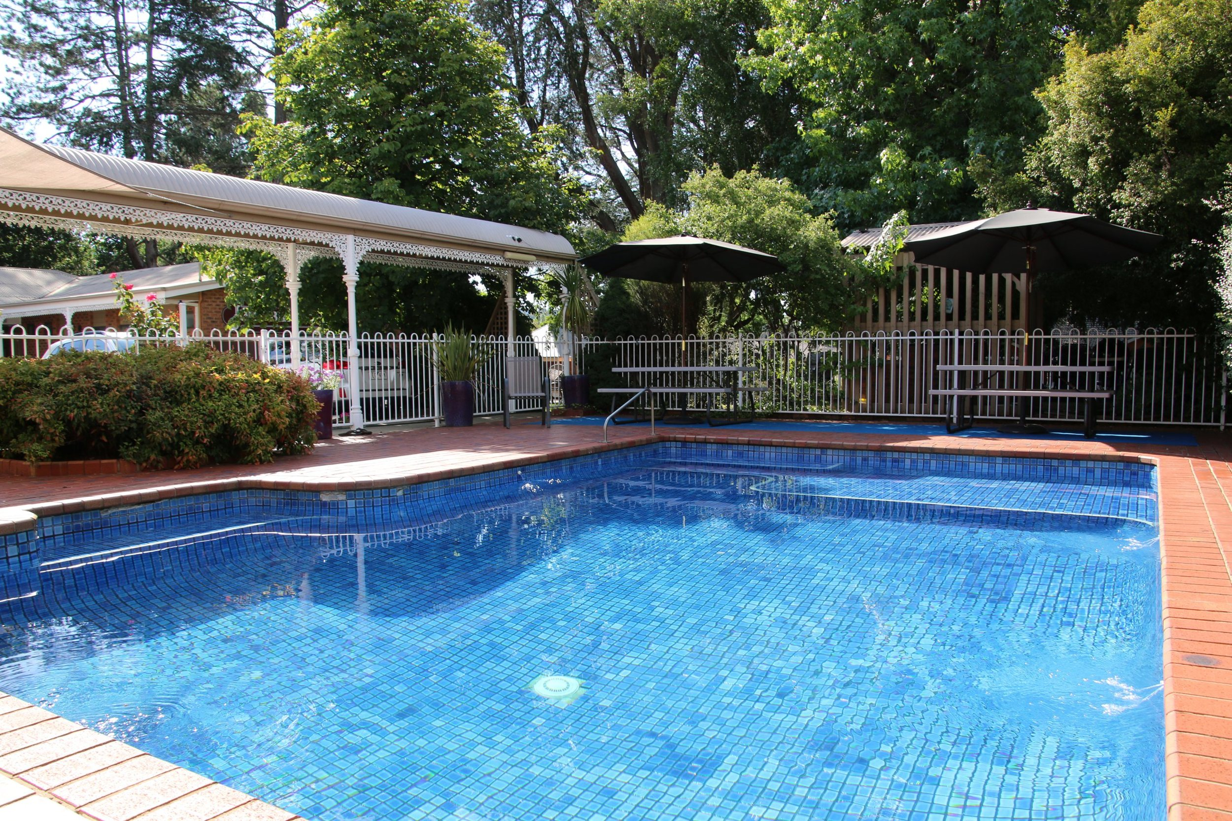 John Bright Motor Inn - pool and outdoor spa (not heated) located in a sunny spot.