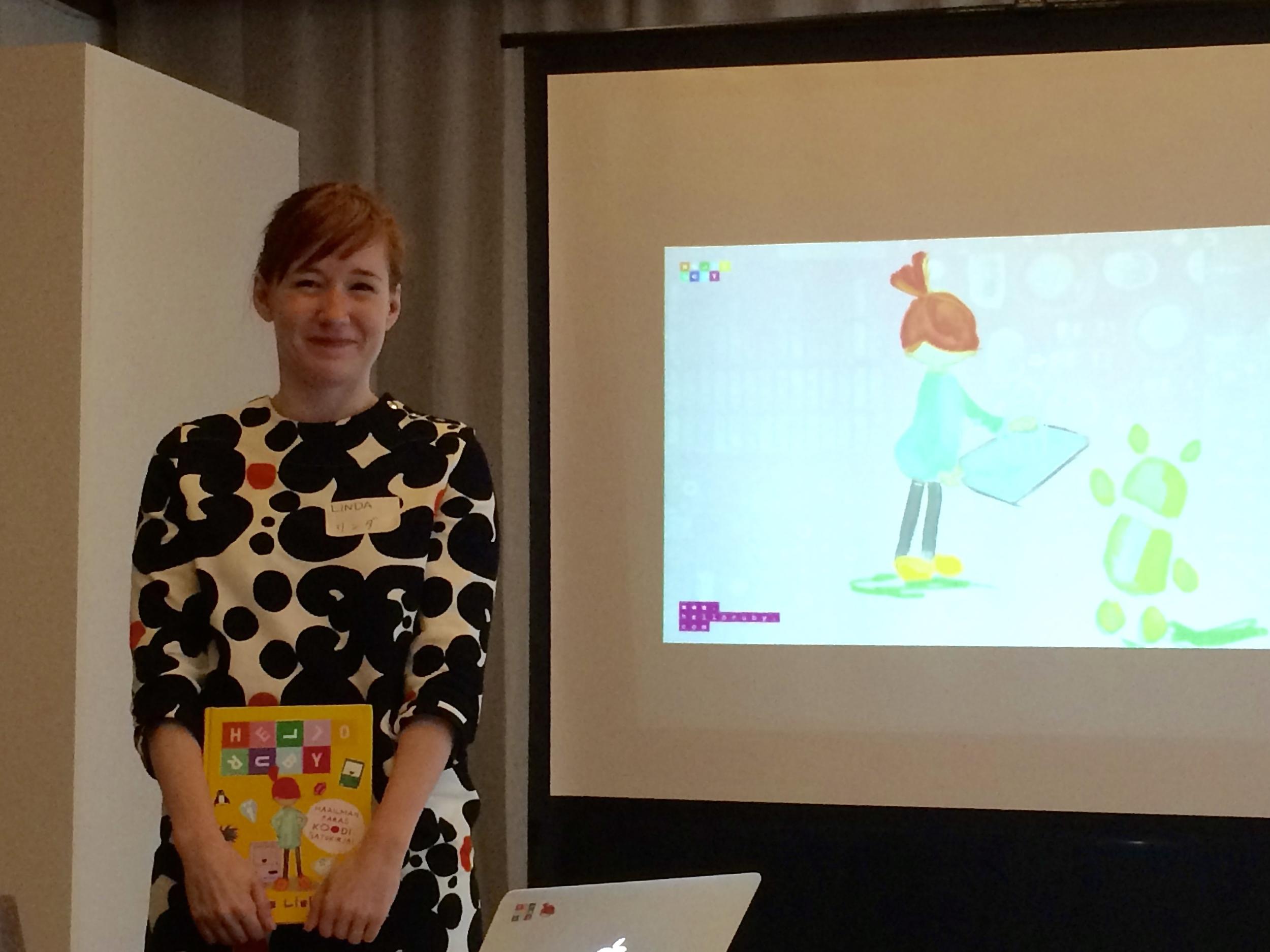 東京のフィンランド大使館で記者会見を行った著者のリンダさん。リンダさんは、若い女性にプログラミングを教える「 Rails Girls 」という世界的な活動の創立者でもあります。プログラミング愛があふれてめっちゃ笑顔。。
