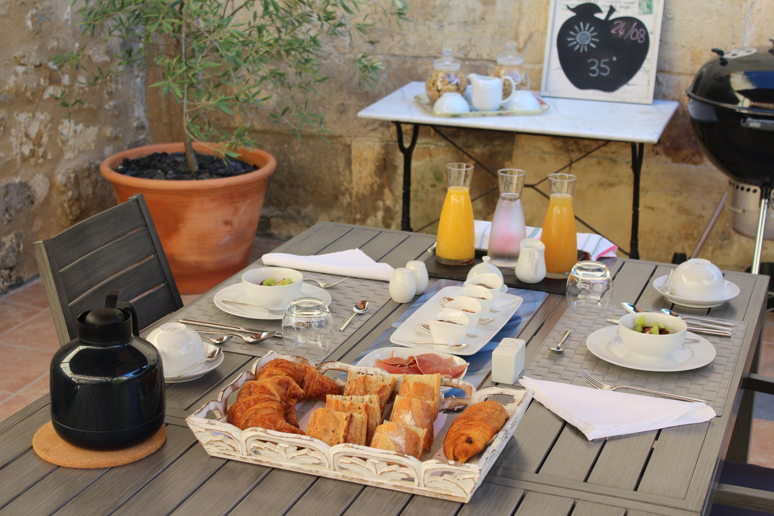 Le petit déjeuner dans le jardin