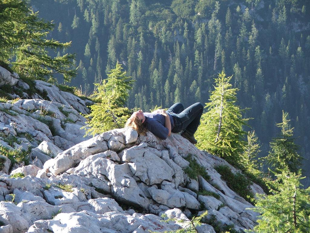 "Schlafen, wherever. (Photo Credits  Björn Láczay  "" Toni am Feldkogel "", unter    CC BY-SA 2.0   )"