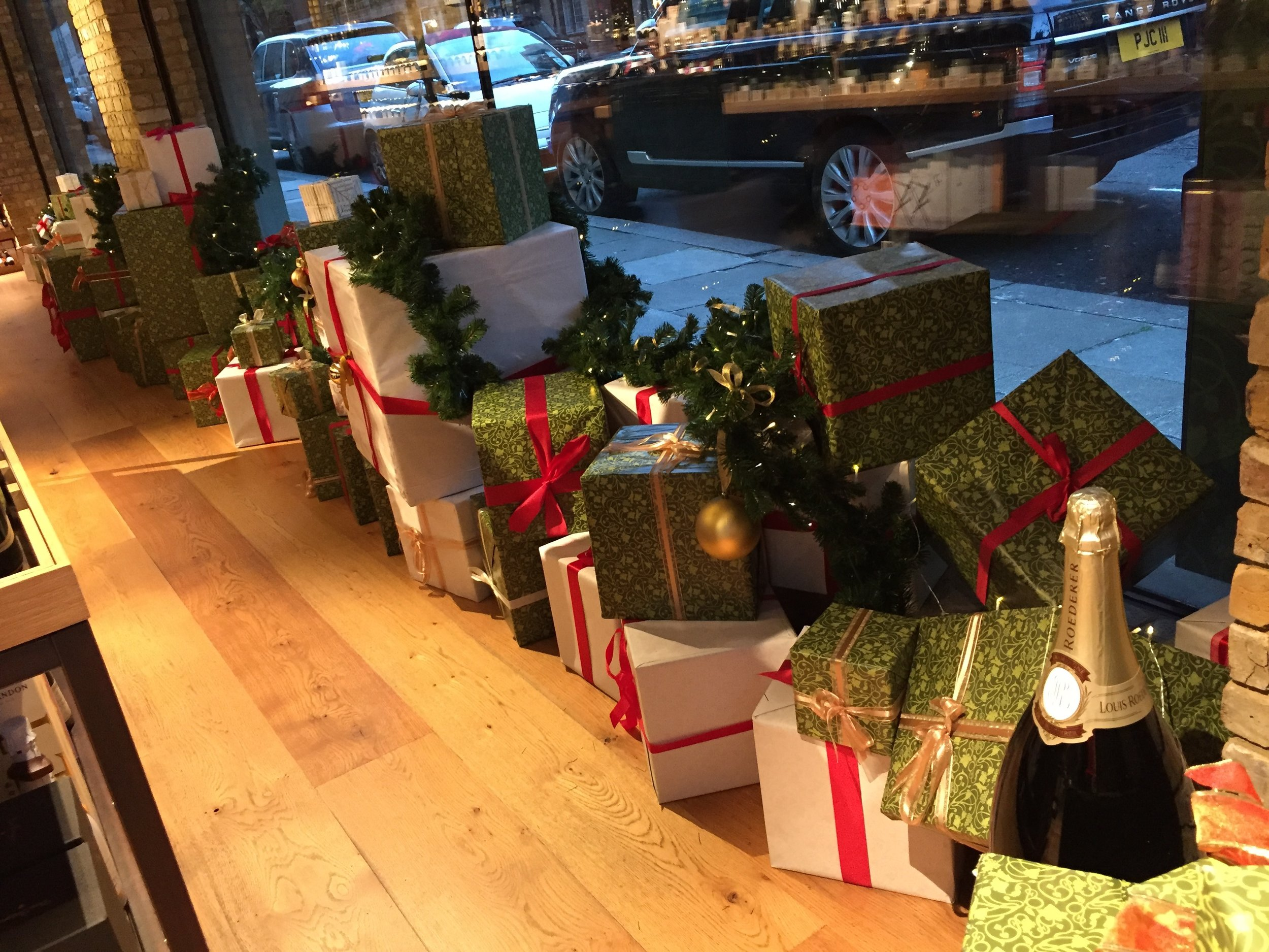 hedonism-wines-xmas-window-display-gifts2
