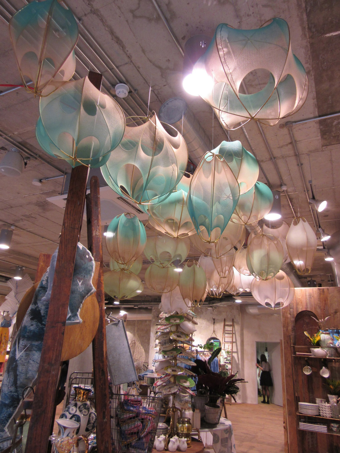 anthropologie-visual-merchandise-display-4