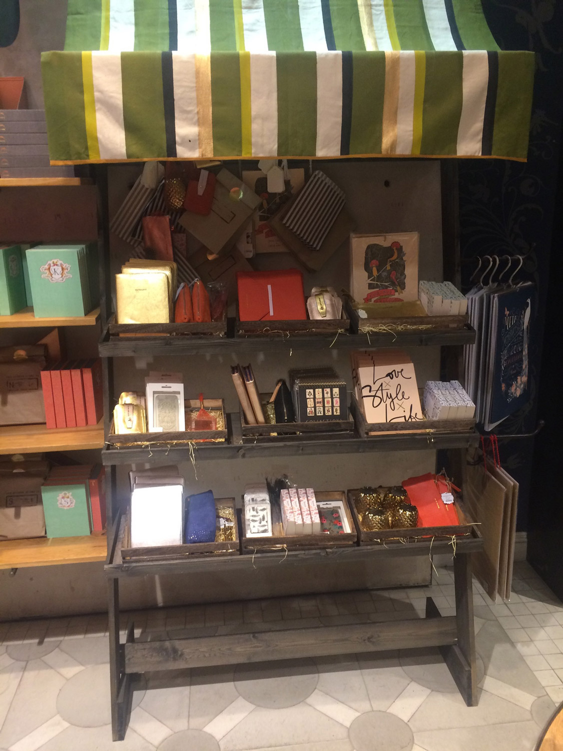 anthropologie-visual-merchandise-display-9