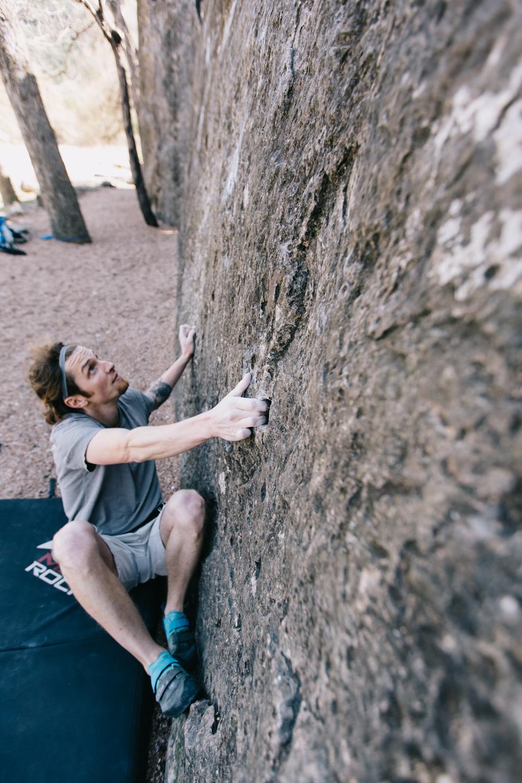 CindyGiovagnoli_photographer_outdoor_climbing_adventure_Texas_Austin_BullCreekPark_bouldering-011.jpg
