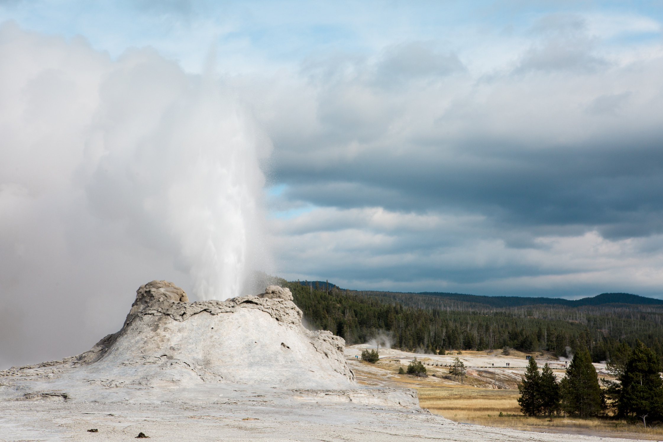 CindyGiovagnoli_road_trip_Yellowstone_National_Park_Montana_Wyoming_hot_springs_geyser_Old_Faithful_Grand_Prismatic-002.jpg