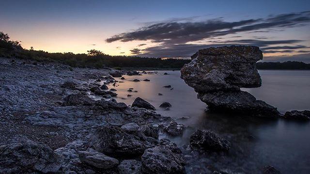 Sudret on Gotland, Sweden⠀ ⠀ #gotland #sudret #sweden #visitgotland #sunset #holmhällar #sunsetlovers #pentax #pentaxk3 #summernights #rauk #seastacks