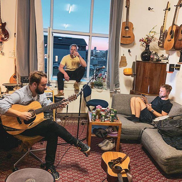 Måske skriver vi ny musik og går snart i studiet, eller også drikker vi bare øl og spiller Candy Crush.  #sømændene #jammer #onsdagiøveren #nytnummeriskeen #level2054icandy