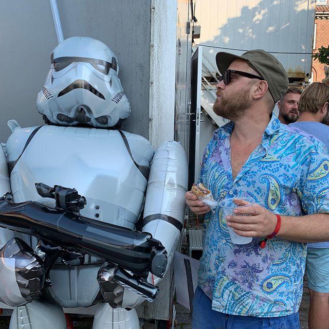 Torben er klar, efter en hektisk diskussion med en Stormtrooper om hvorvidt man skal køre flæskestegssandwich eller frikadellesandwich.  #altidflæskesteg #sømændene #torbenskipperlaks