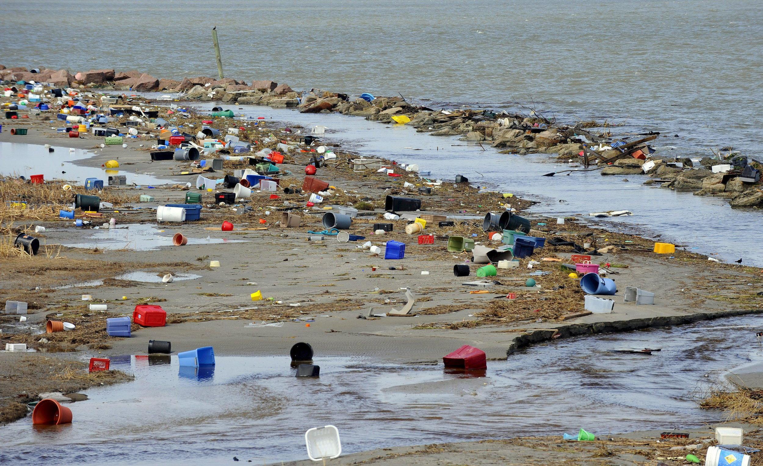 Océanos y playas de plástico creados por falta de educación de seres humanos irrespetuosos del medio ambiente