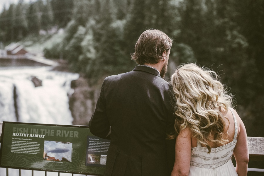 couple eloping in snoqualmie
