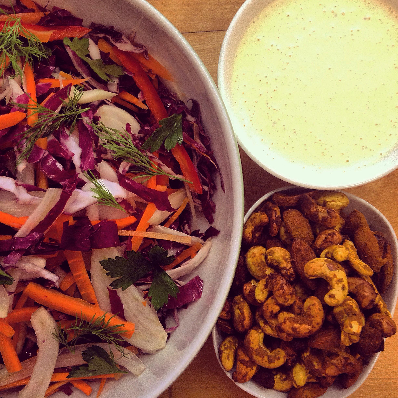 Karotten-Fenchel Salat mit gerösteten Curry Cashew Nüssen und Joghurt Dressing