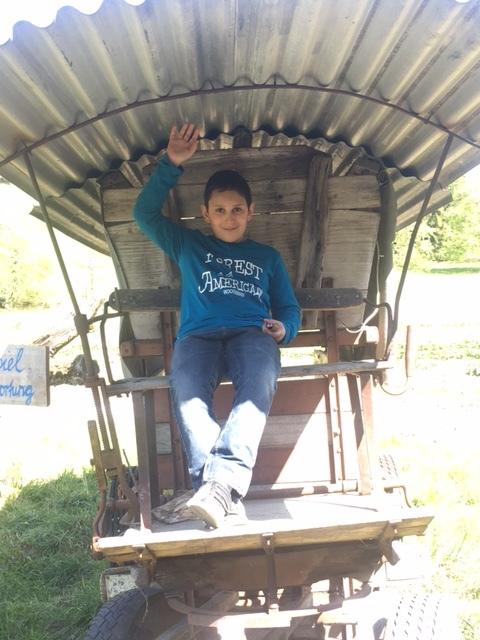 Thomas erkundigt mit seinem Planwagen die Prärie Wetzikons.