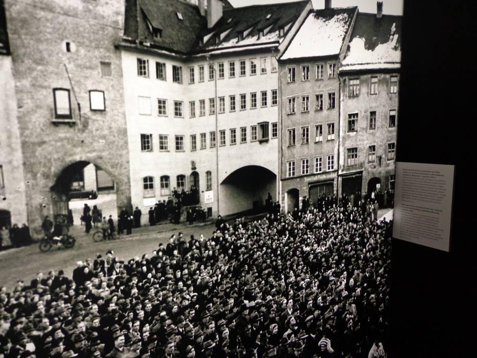 Demonstracja Niemców przeciwko wykonaniu wyroków śmierci na nazistach skazanych w Norymberdze, Landsberg 7 stycznia 1951 roku.