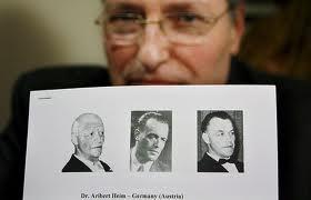 Efraim Zuroff z centrum Wiesenthala  prezentuje zdjęcia poszukiwanego Ariberta Heima (źródło: www.ksta.de)