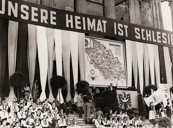 """Drugie zgromadzenie ślązaków w Monachium w 1951 roku - przemawia minister Jakob Kaiser (źródło: archiwum zdjęć """"pruskie dziedzictwo kulturowe""""   http://www.blz.bayern.de/blz/eup/01_10/2.asp )"""