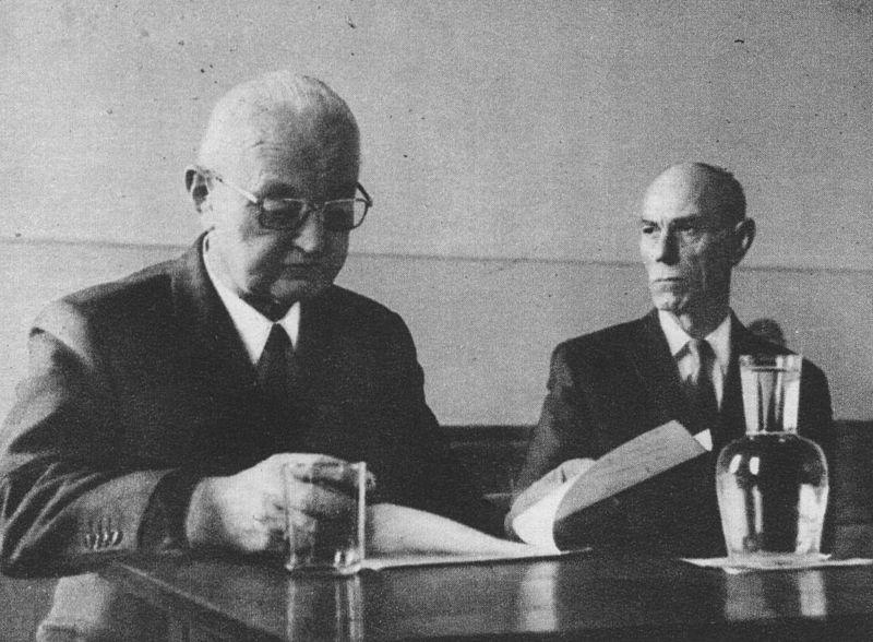 SS-Standartenführer Ludwig Hahn (z lewej) i SS-Rottenführer Thomas Wippenbeck podczas ich procesu w Hamburgu (źródło: www.commons.wikimedia.org/wiki/File:Ludwig_Hahn_and_Thomas_Wippenbeck_during_the_Hamburg_trial.jpg)