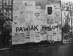 """Napis wykonany przez członków Organizacji Małego Sabotażu """"Wawer"""", 1944 rok (źródło: fot. Archiwum Ilustracji WN PWN SA © Wydawnictwo Naukowe PWN)"""
