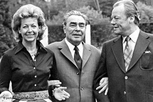 Willy Brandt z żoną Rut oraz Leonidem Breżniewem, 1972 rok (źródło:  www.dw.de/willy-brandt-kanclerz-i-wizjoner/a-4831164 )