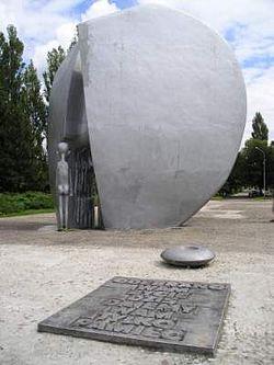 Pomnik Pęknietego Serca poświęcony małym więźniom obozu przy ul. Przemysłowej w Łodzi