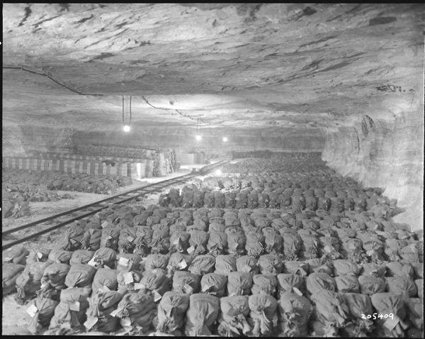 Zasoby Banku Rzeszy zgromadzone w kopalni soli Keiserode (Zbiory: US National Archive)    (źródło:  http://swiat.newsweek.pl/gdzie-jest-zloto-nazistow,96796,1,1.html )