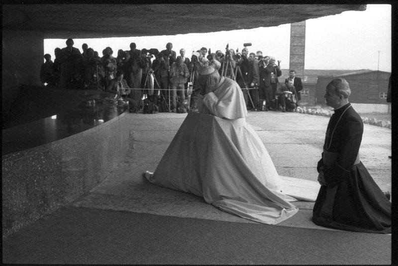 Papież na Majdanku w 1987 roku (źródło:  http://www.dziennikwschodni.pl/lublin/n,1000150159,25-lat-temu-papiez-przyjechal-do-lublina-zdjecia.html?sectioncat=photostory14 )