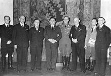 Werner Ventzki (pierwszy z lewej) w grupie volksdeutschów z Polski po otrzymaniu z rąk Adolfa Hitlera złotych odznak NSDAP za zasługi dla III Rzeszy (źródło:  pl.wikipedia.org )