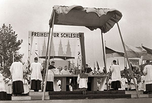 """The open air Catholic Mass during the congress of the Silesian compatriots, June 1959 (source: archive images """"Prussian cultural heritage""""    www.blz.bayern.de/blz/eup/01_10/2.asp   )"""