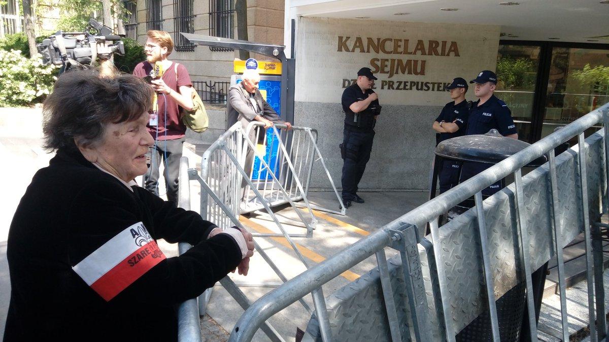 Fot.: Wanda Traczyk-Stawska, żołnierz Armii Krajowej, uczestnik Powstania Warszawskiego, psycholog i nauczyciel dzieci upośledzonych, która w piątek 11 maja chciała wesprzeć protest osób niepełnosprawnych i ich opiekunów, nie została wpuszczona do Sejmu.