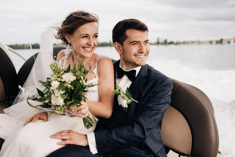 Magda & Michał - POLECAMY CAŁYM SERCEM! Pełen profesjonalizm, zdjęcia pełne emocji, idealnie uchwycone momenty. Widać, że zrobione przez człowieka z pasją i talentem :) Nie mogliśmy lepiej trafić na osobę, która perfekcyjnie upamiętniła nasz wyjątkowy dzień ślubu. Z dziką chęcią będziemy wracać do tych zdjęć niezliczoną ilość razy, bo są po prostu cudowne :)