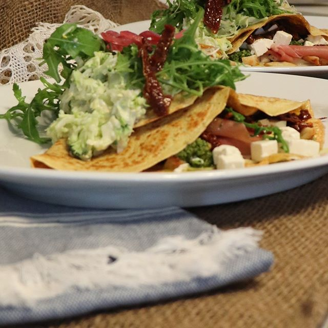 😘😎 For summer season, a delicious pancake with serrano, homemade pesto, sundried tomato, and feta cheese Always served with a salad on the side - kale, broccoli, and melon.  #healthy #salad #crepesales #homemade # #kale #broccoli #melon #feta #serranoskinke #ham #lowincalori #lowfat #halshavn #feta #fetacheese #sundriedetomato