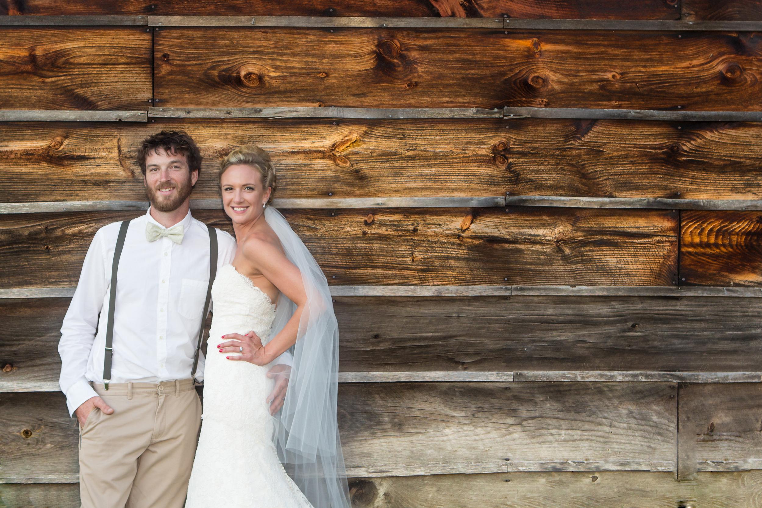 wedding bride groon old barn door .jpg