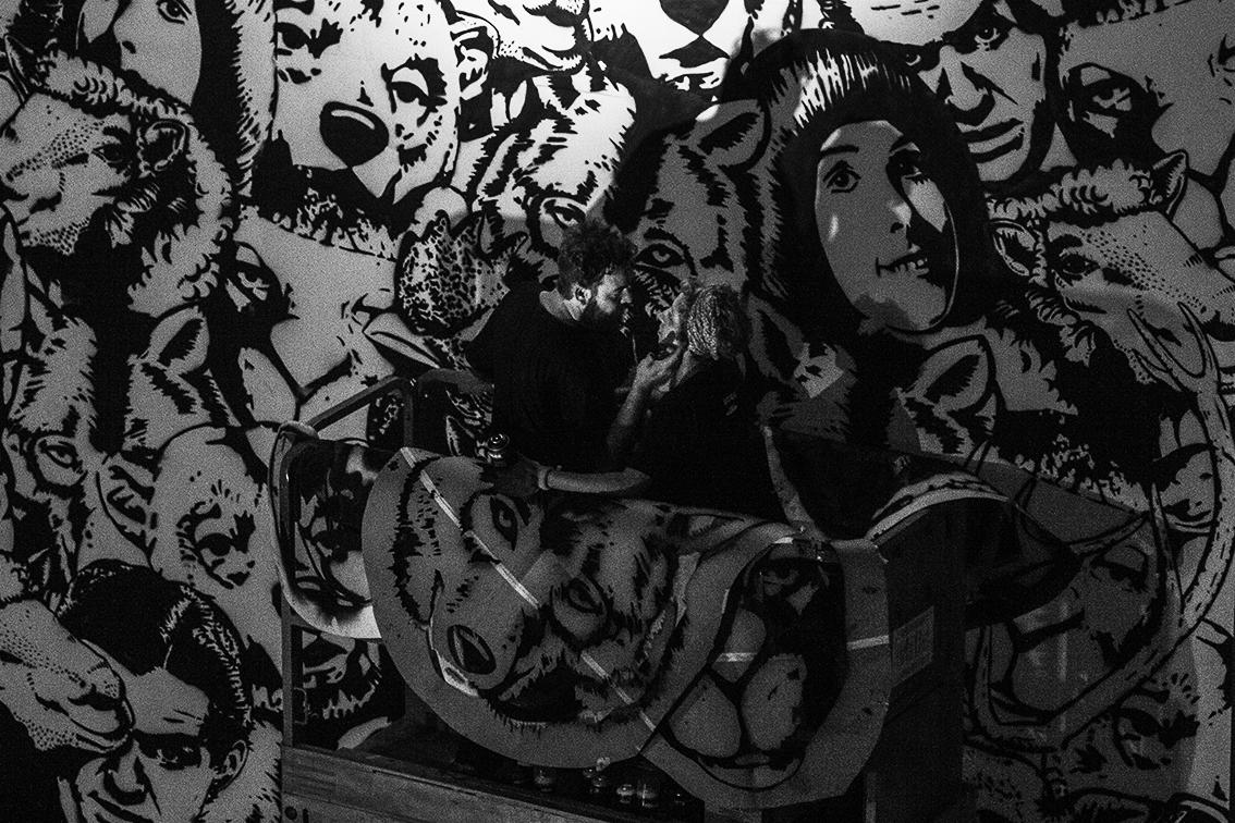 Salvei essa foto da escuridão porque o momento foi lindo (eles nem sabem que eu pesquei).Uma emergência de família devolveu o AC à São Paulo de forma prematura. Antes eles precisavam terminar o painel, afinal trabalho é trabalho,então o Lou passou a noite confortando a Lee, enchendo ela de carinho enquanto empilhavam cabeças.