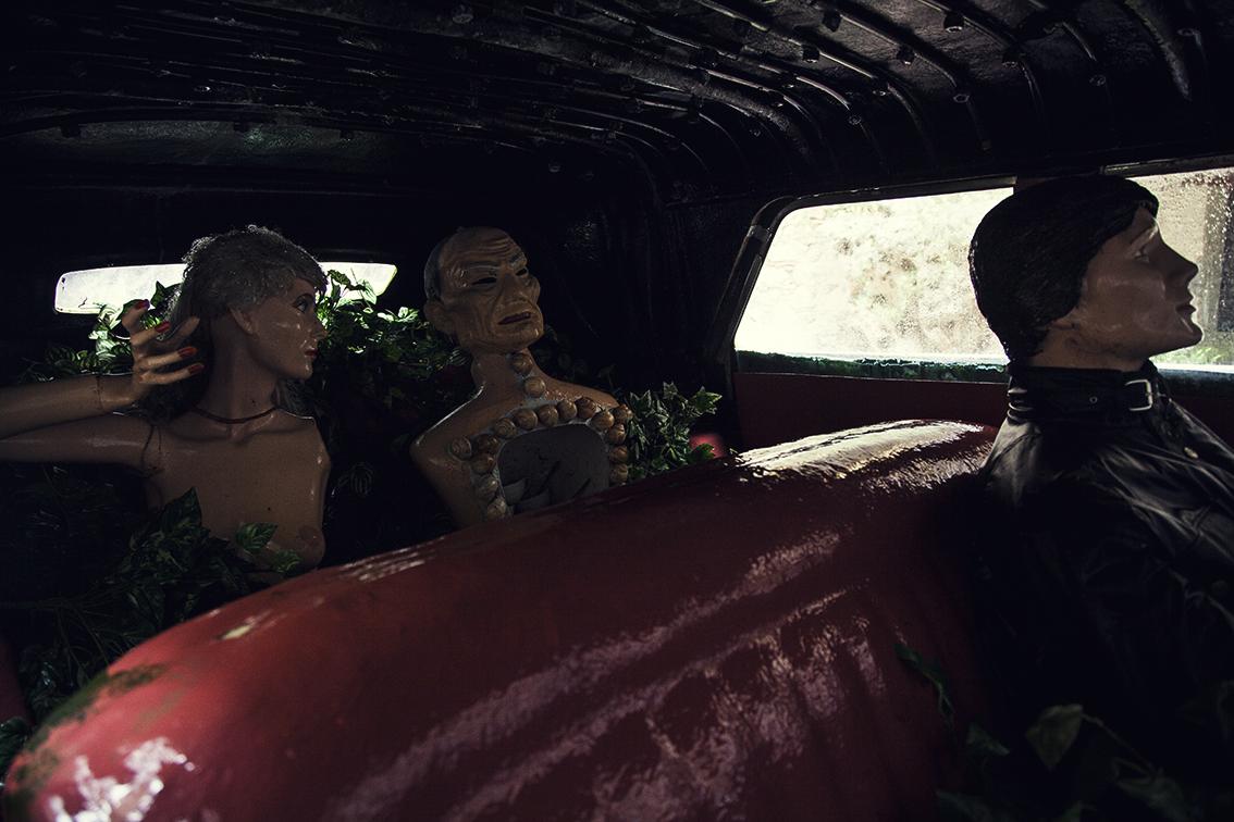 O Cadillac pertenceu ao Al Capone, foi arrematado em leilão por um amigo do Dalíe doado de presente ao mestre. O casal aí dentro estava conversando sobre isso quando entreouvi.