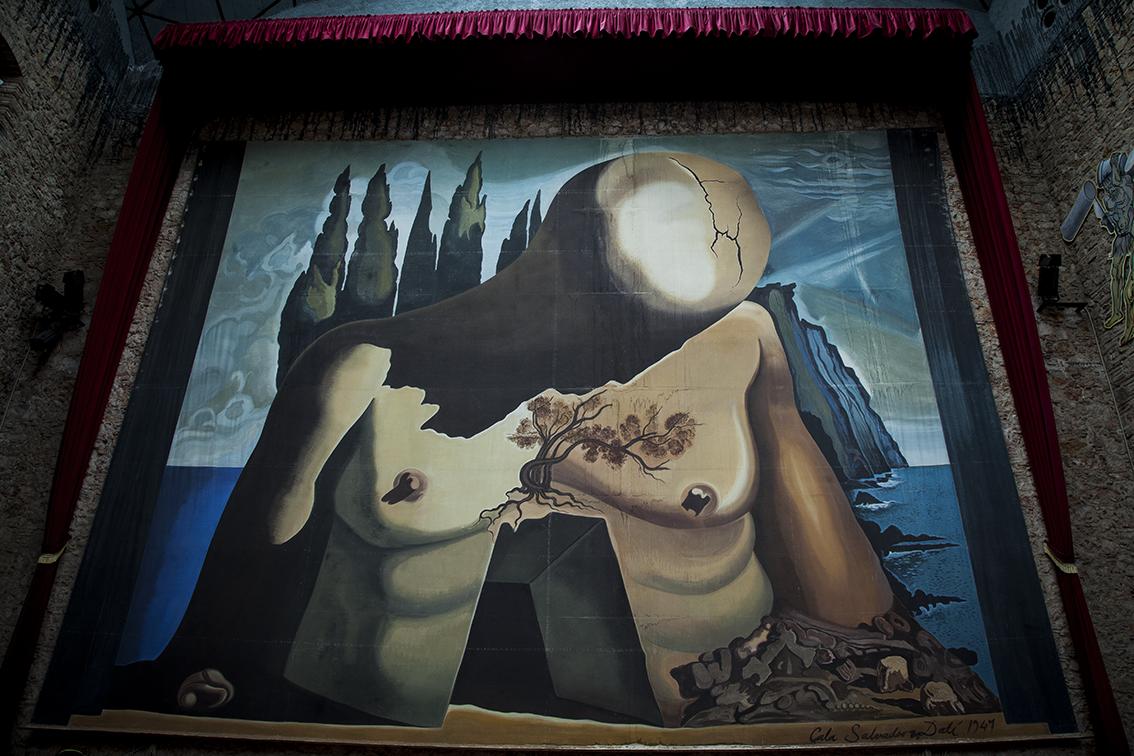 Na foto de boas vindas ali em cima você consegue uma dimensão do tamanho desse mural, por trás da flying goddess.