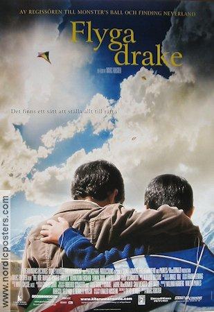 - Två pojkar som bor i Afghanistan bildar en nära vänskap trots att de kommer från skilda världar. Den ena är från en välbärgad familj och den andres far är en betjänt. Temat frihet är väldigt starkt i den här rörande filmen.