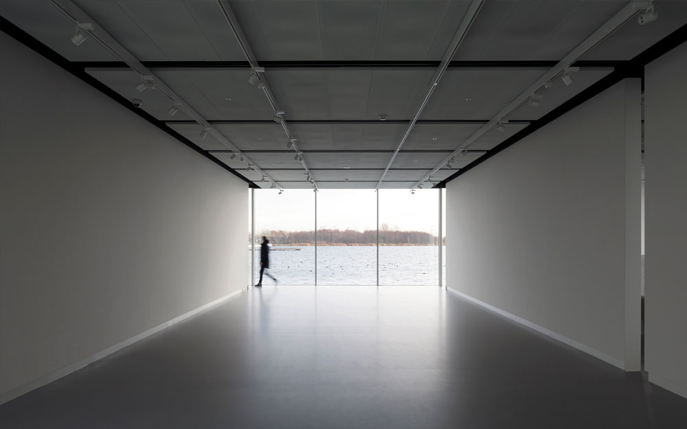 Every exhibition space has a direct relation with the surrounding water.