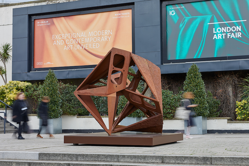CHARLES HADCOCK'S MONUMENTAL SCULPTURE CAESURA VIII UNVEILED OUTSIDE LONDON ART FAIR  January 2019