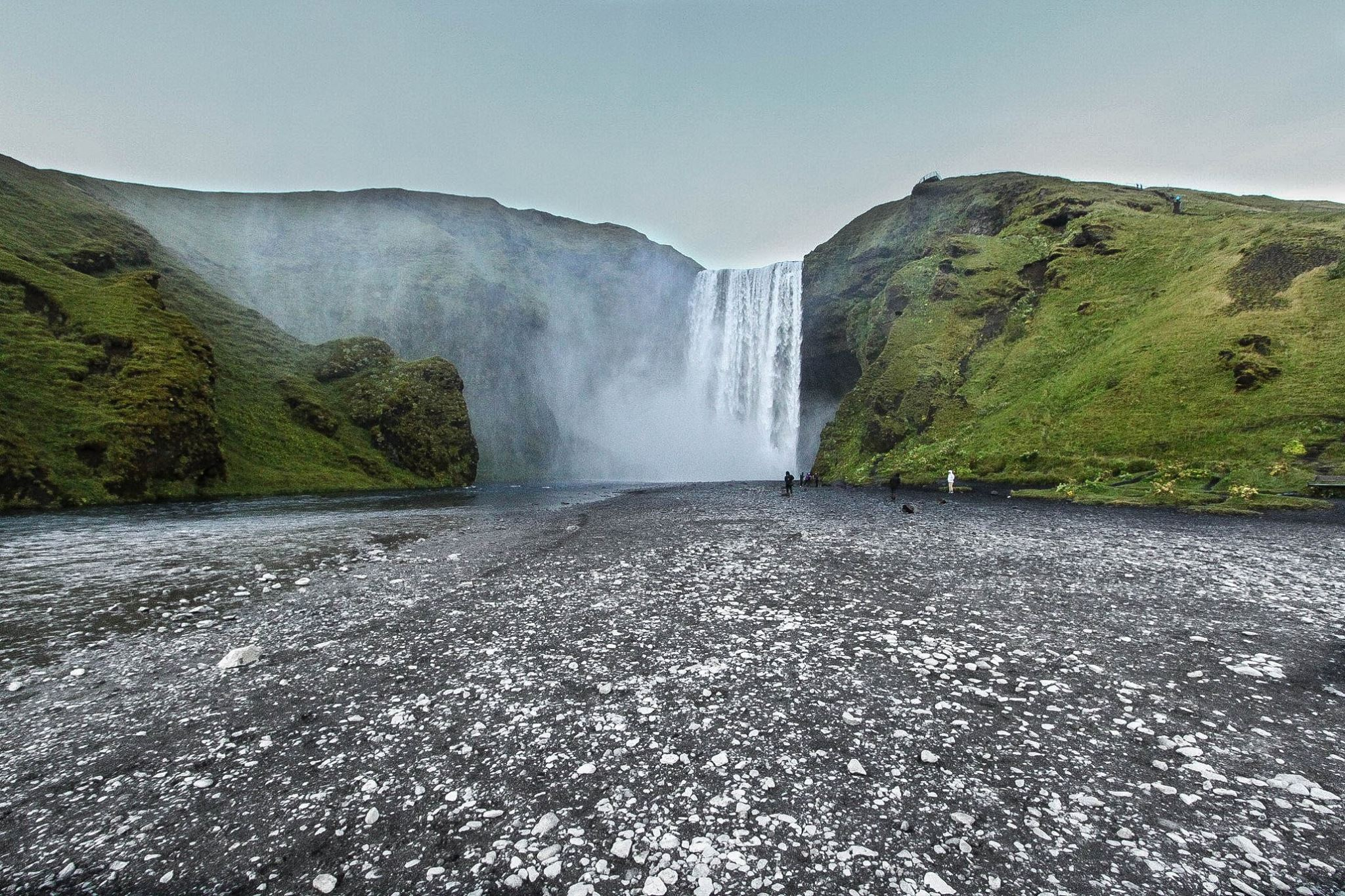 Difficile de s'imaginer la quantité d'eau au pied de cette chute. On devient trempe en moins de 30 secondes. D'où l'importance de bien s'équiper pour ne rien manquer.