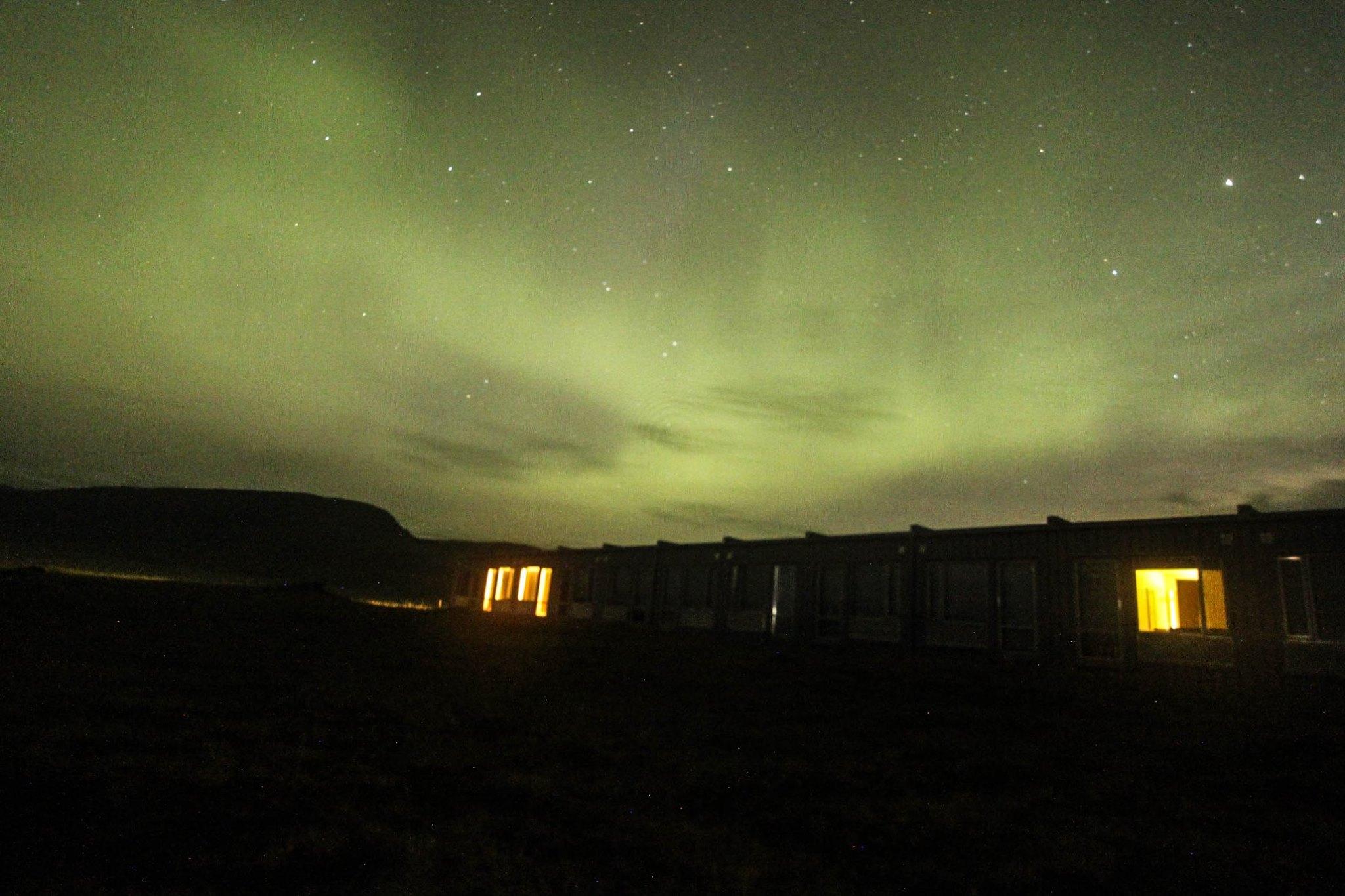 Un trépied et une bonne caméra sont essentiels pour prendre de telles photos des aurores boréales.