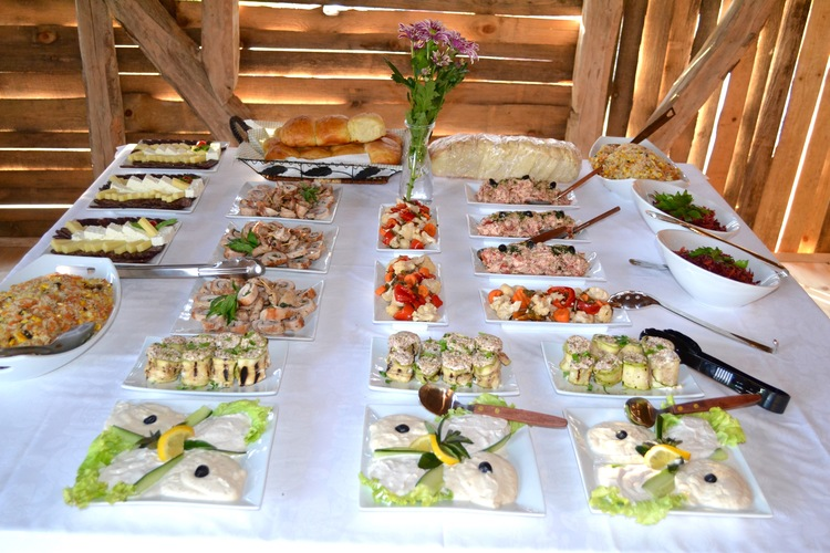 Indoor and outdoor kitchens. Multiple eating locations. Fully catered events available from renowned chef (Traditional, Vegan, Vegetarian options available) as well as ability to rent an restaurant Dan Kolov which is 10 minutes away.
