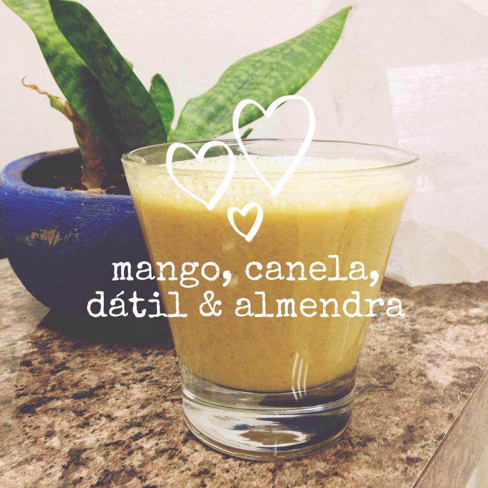 SWEET SMOOTHIE    - 6 dátiles -15 almendras - 2 mangos maduros chicos - 1 cdta. de canela