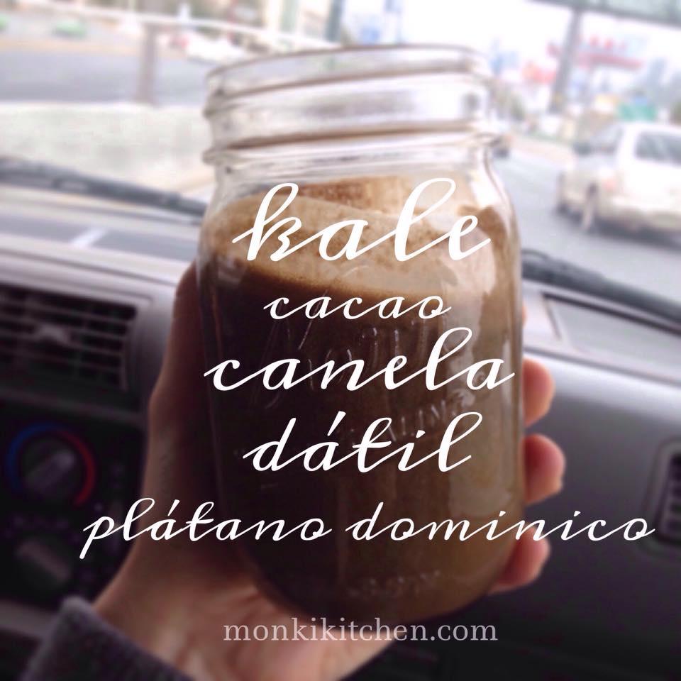 DOMINICO & KALE    - 3 plátanos dominicos maduros - 3 dátiles - 1 puñado de kale - 1 cda. de cacao - 1/2 cdta. de canela - agua
