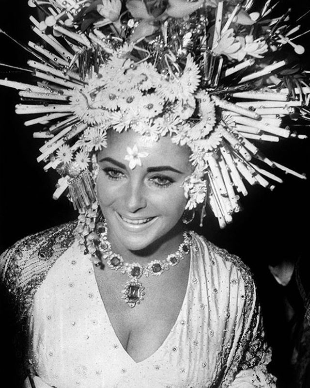 SUMMER INSPIRATION #happymemorialday #wearwhite #summervibes #elizabethtaylor #queen #headpiece