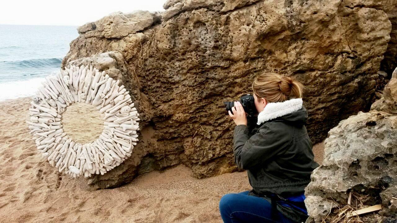 L'Aloha fent una fotografia a un mirall de Decobruc a la platja.