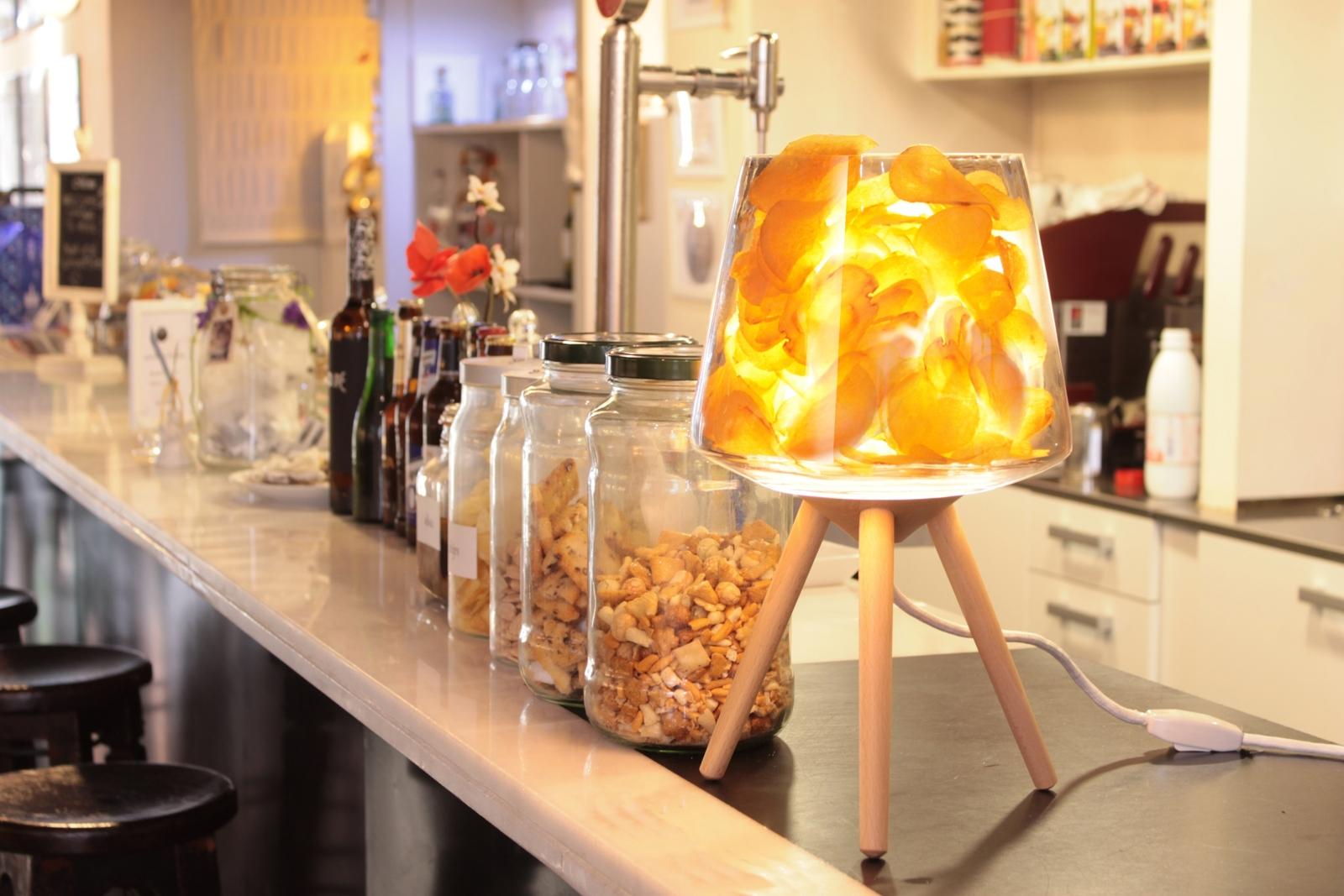 Fillin Lamp acabat amb fusta de faig i ple de patates xips.