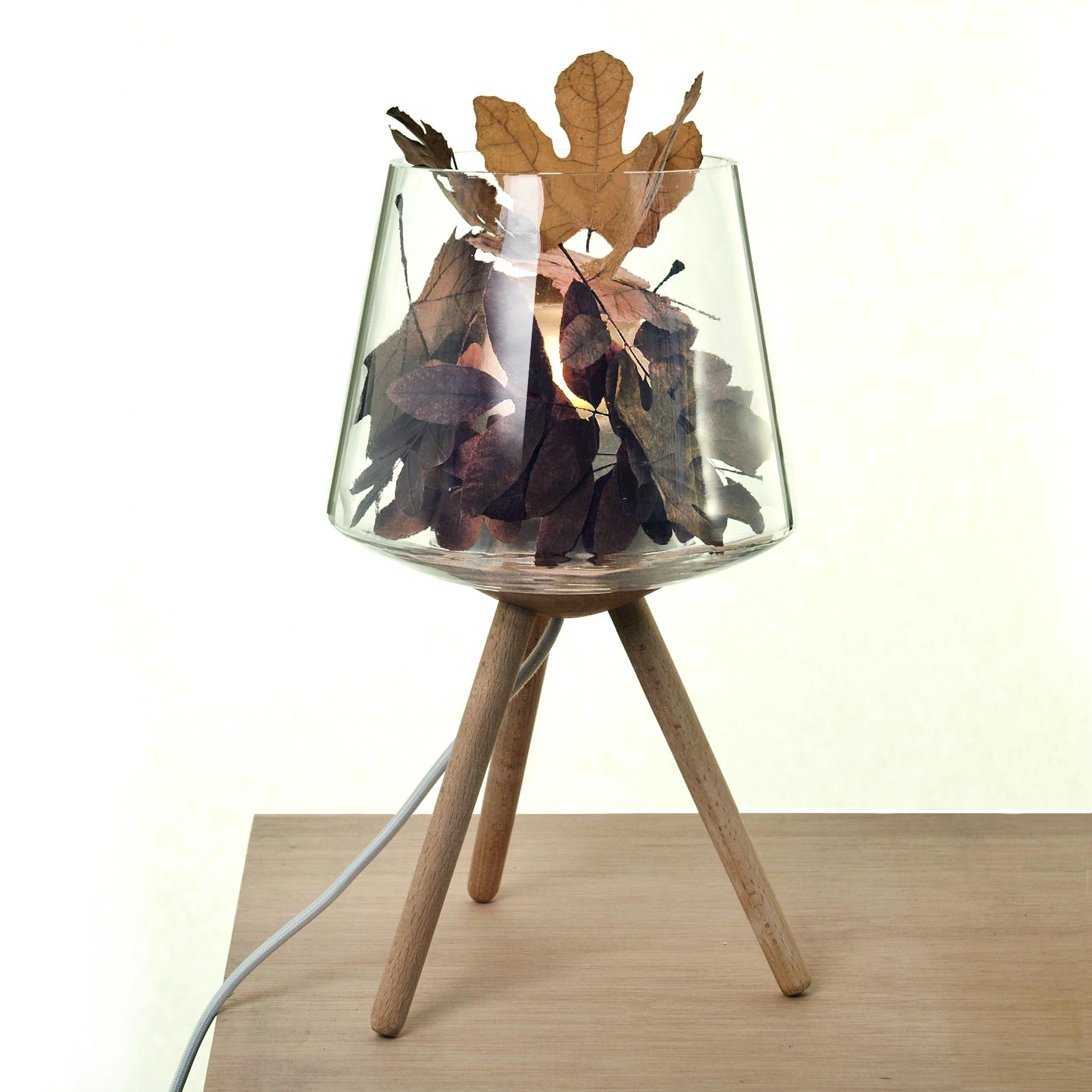 Fillin Lamp amb acabat de fusta de faig i ple de fulles.