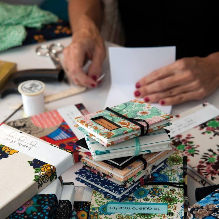 L'argentina Flo Garriga elaborant els seus quaderns.