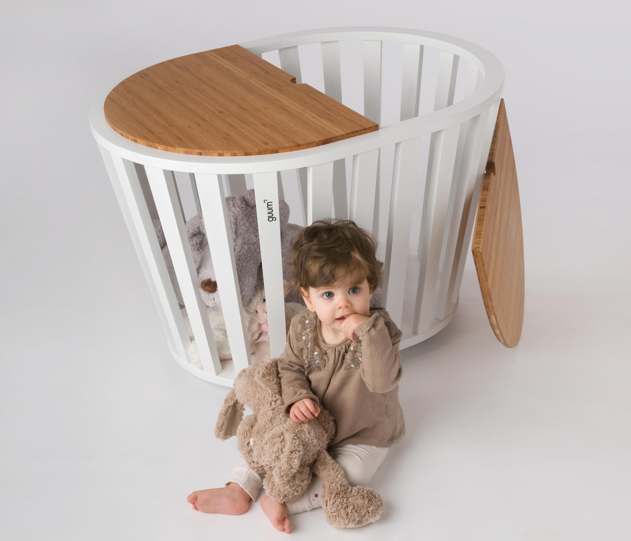 El bressol Miniguum pot convertir-se en tauleta o caixa per guardar joguines.