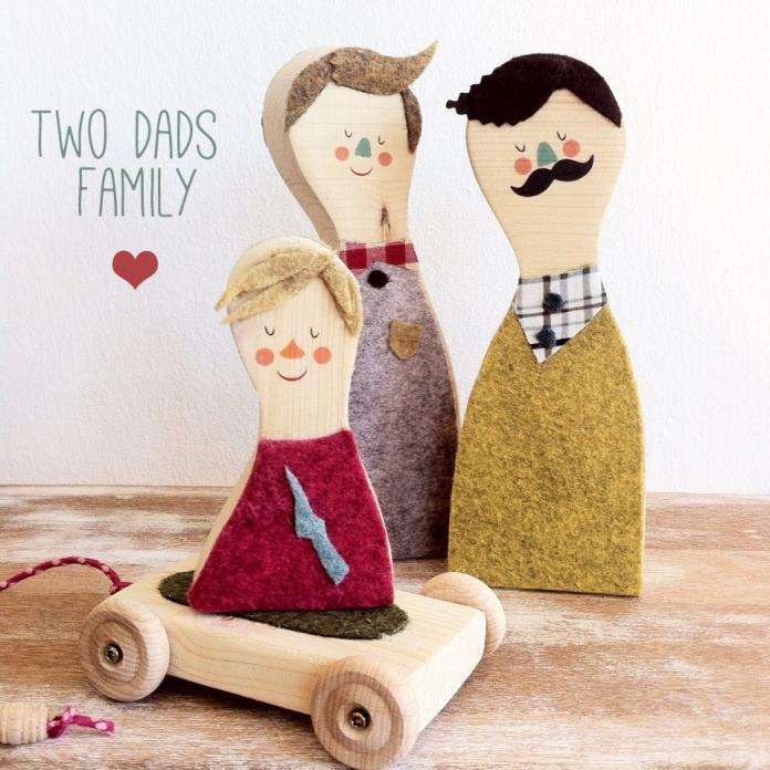 TWO DADS FAMILY,una família de fusta d'avet. El seu preu són 60 euros.