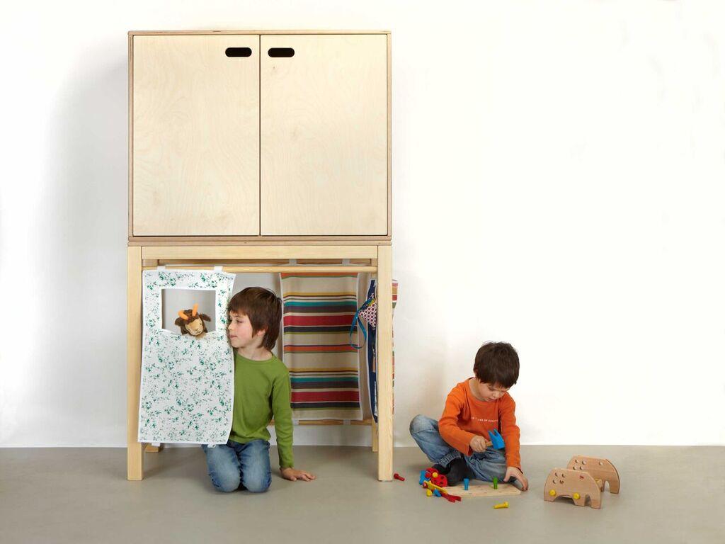 L'Elefant és un armari que deixa lliure la part inferior perquè es pugui destinar a jugar.